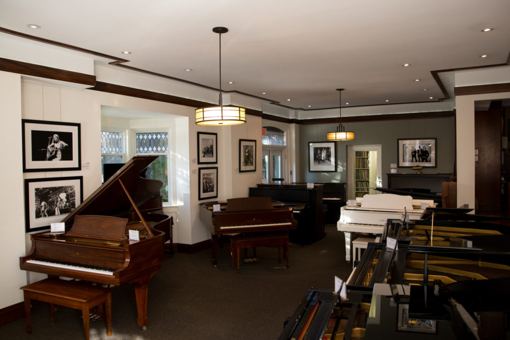 gallery room, a big room with pianos and art